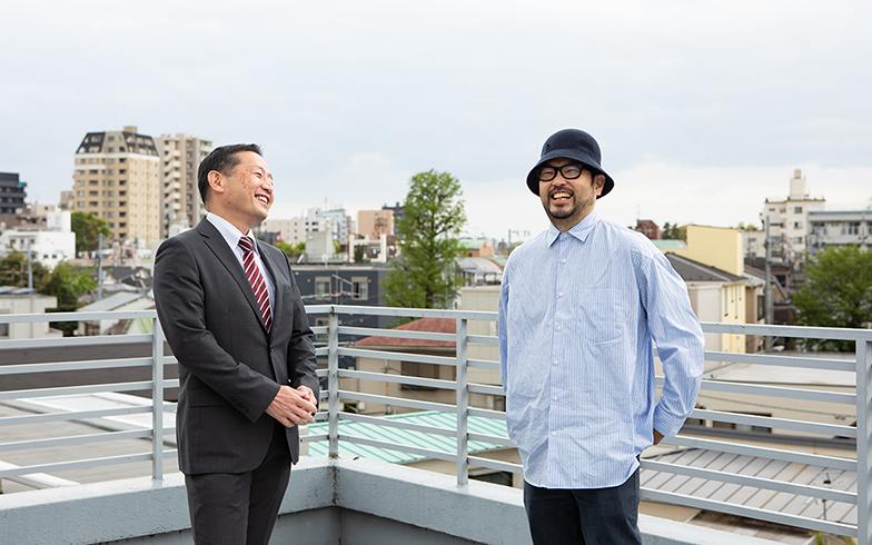 オーナーの浅原賢一さん(左)と建築家の嶋田洋平さん(右)。「住んでもらえる限りは、建物を維持していきたい」と浅原さん(写真撮影/片山貴博)
