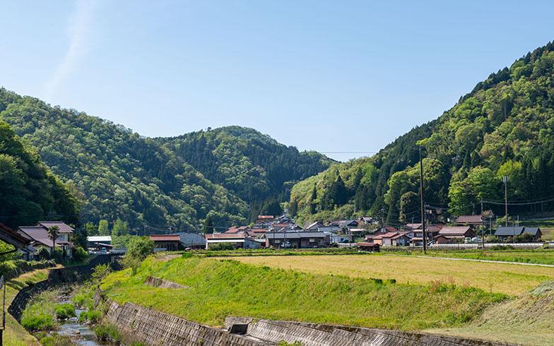 山々の間に田んぼと畑と民家。のどかな日貫の遠景(写真撮影/福角智江)