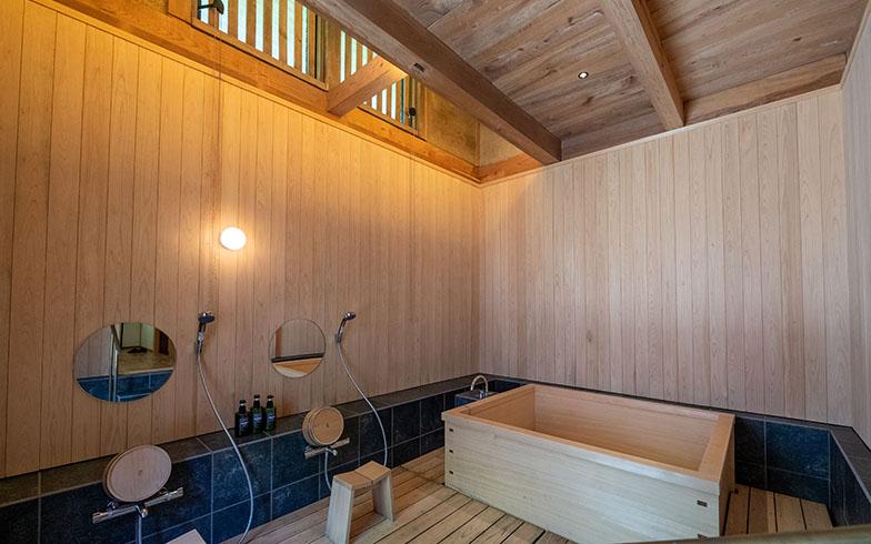 浴室も驚くほどの広さ。壁も天井も木張りで、ほのかな木の香りに包まれる(写真撮影/福角智江)