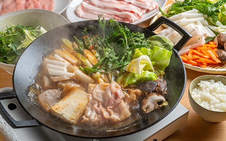 自分たちで料理して食べるのも楽しい「へか(日貫伝統 すき焼き)」。味噌が効いた甘辛いお出汁で、素材のおいしさを満喫。ごはんが止まらない!(写真撮影/福角智江)