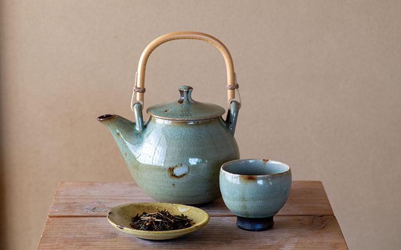 安田邸で使われている茶器と、ご近所さんお手製の野草茶(写真撮影/福角智江)