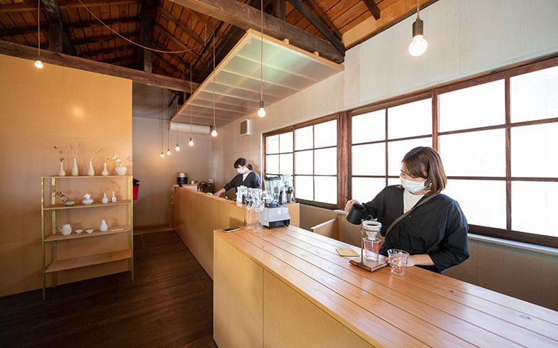 「一揖」のカウンターは、日貫一日のフロントであり、カフェのキッチンでもある(写真撮影/福角智江)