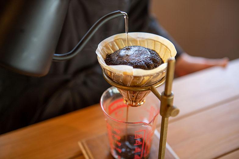 アームズ式という焙煎方法を採用した後味がすっきりとしたコーヒー。生豆の状態から、手作業で丁寧に豆を選別し、お湯で洗ってから焙煎を行っている。豊かな香りにも癒やされる(写真撮影/福角智江)