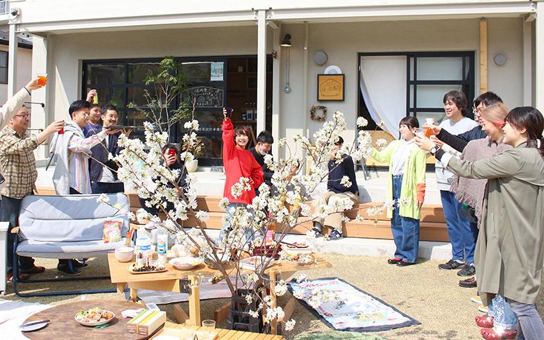 高円寺アパートメントで行われた花見会の様子。コロナ前の風景ですね、なんとも平和で涙が出てきます(写真提供/高円寺アパートメント)