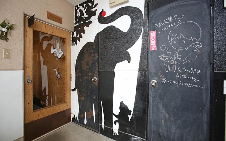 共用部の壁画。黒板部分は住民がメモやイラストなどを描き込んでおり味わいがある(写真撮影/野田幸一)