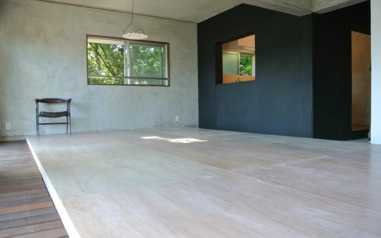 学生たちが設計・施工した101号室。「家の中に小さな家と街路をつくる」ことをイメージし、「離れ」のような3つの空間を土間の回廊でゆるやかにつないだ(写真提供/末次さん)