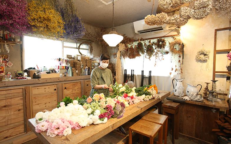 作業や花の受け渡し、レッスンなどを行うアトリエ。什器類は以前のショップ時代から利用しているもの(写真撮影/野田幸一)