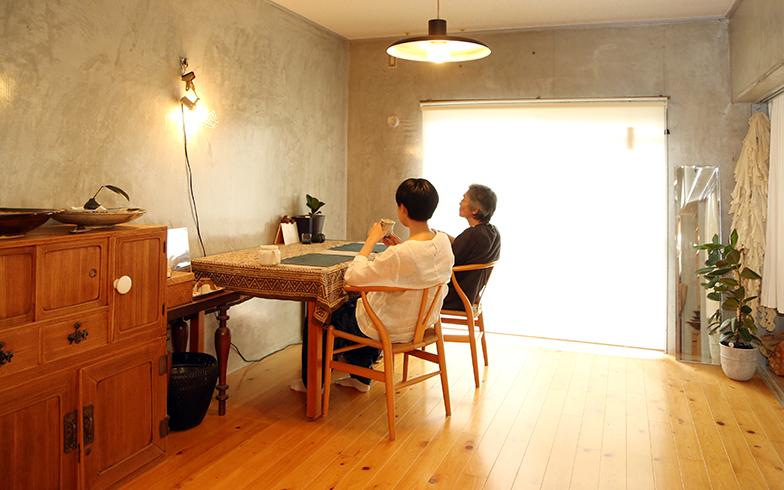 お話を伺ったHさん(左)とそのご家族(写真撮影/野田幸一)
