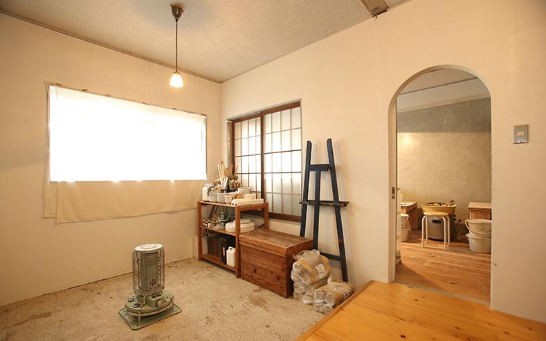 陶芸用のアトリエと道具類の置かれた土間。陶芸窯も設置し、日々制作に没頭しているそう(写真撮影/野田幸一)