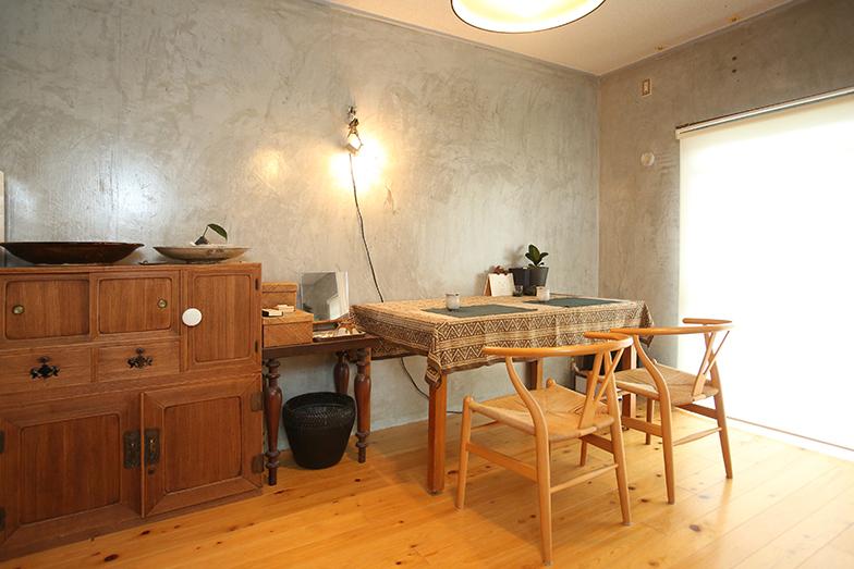 住居スペース。寝室の床は桜の木を自ら貼った。「徐々に色がなじんでいくのも楽しみ」とHさん(写真撮影/野田幸一)