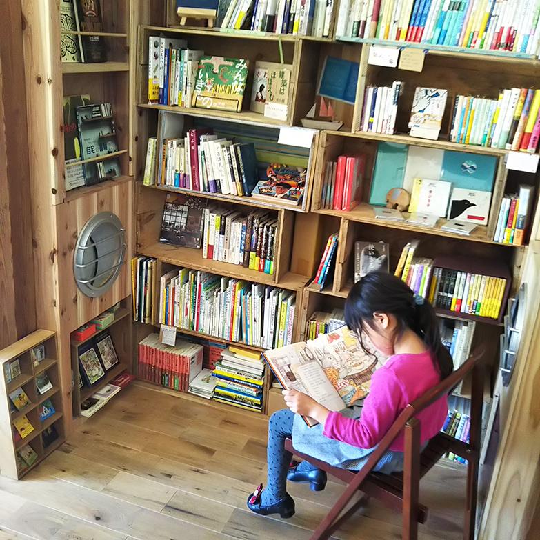 さまざまな店守さんの本棚が並んでいる様子(写真提供/せんぱくBookbase)