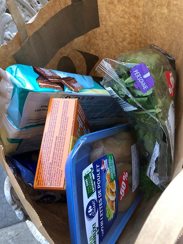 本来ならスーパーマーケットの食品は賞味期限が切れたら次の日には捨てられてしまう(写真撮影/松永麻衣子)