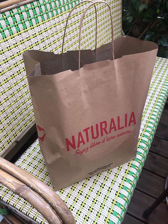 """再生紙のバッグにズッシリと入っていました。買い物客と同じように列に並び、順番が来たらレジでスマホを見せます。""""福袋""""はレジの横の冷蔵庫に保管してありました(写真撮影/松永麻衣子)"""