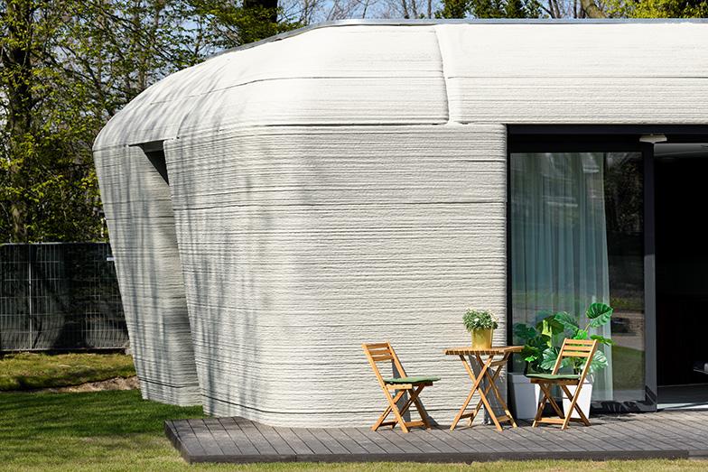 未来を感じさせる3Dプリンターハウスのフォルム。今回完成した住宅は94平米、2LDKの平屋で、月800ユーロ(約10万円)から(画像提供/Vestas、写真撮影/Bart van Overbeeke Fotografie)