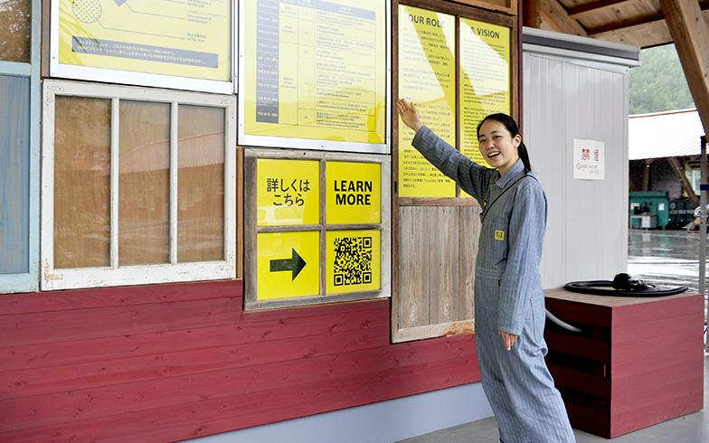 ごみの分別所に掲げられたパネルで、上勝町の取り組みや施設の紹介をしてくれる大塚さん(写真撮影/藤川満)
