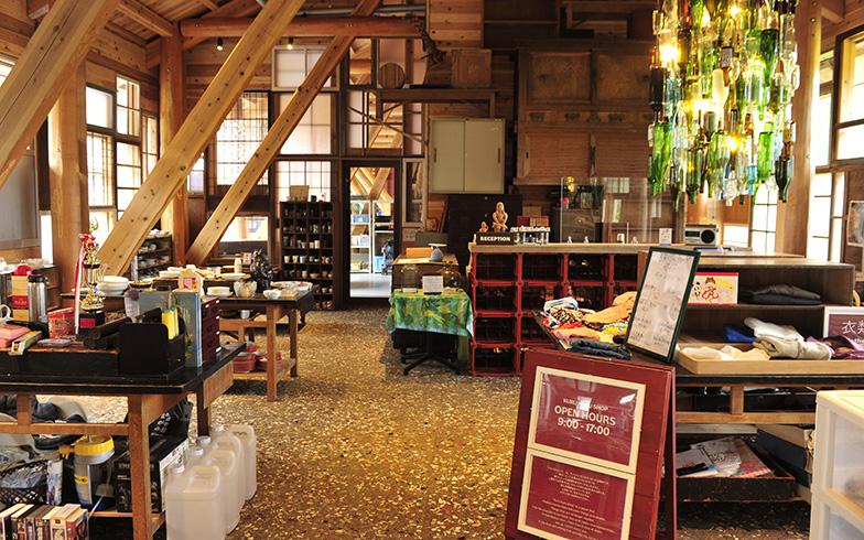 フロントに併設されたくるくるショップ。床にはここに集まった古い陶器の破片が敷き詰められている(写真撮影/藤川満)