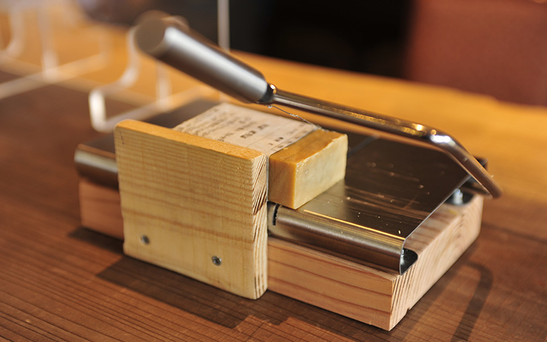 使い残しがないように石鹸は必要な量だけ切り分けて提供される。石鹸は無添加で昔ながらの釜焚き製法でつくる神戸の「無添加石鹸本舗」のもの(写真撮影/藤川満)