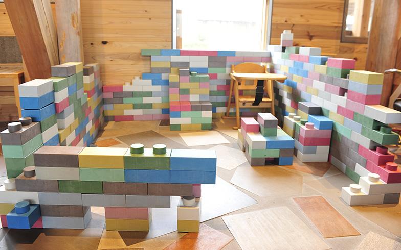 ラーニングセンター&交流ホールにある遊具のブロックは、花王とのコラボで、詰め替え用プラスチック容器をリサイクルして生まれた(写真撮影/藤川満)