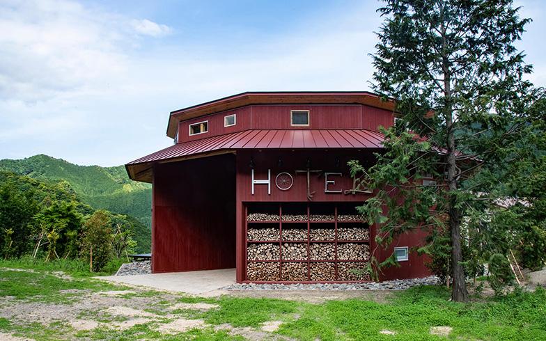 宿泊体験施設の外観。「HOTEL」の看板も、廃材の農機具などが利用されている(写真提供/Transit General Office Inc. SATOSHI MATSUO)