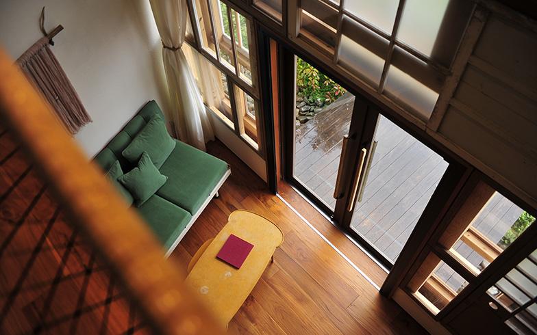 メゾネットタイプの室内。ウッドデッキが設けられ、外でお茶を楽しむこともできる。テレビはない(写真撮影/藤川満)