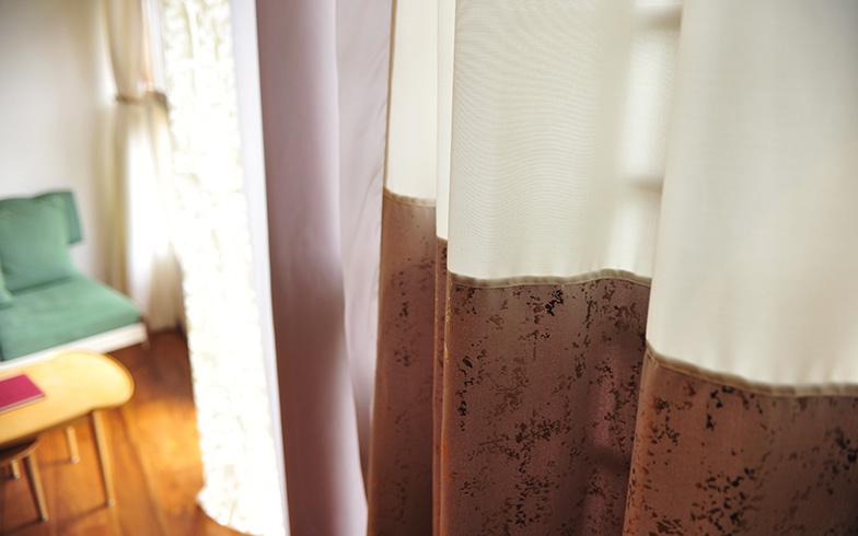 端切れをつなぎ合わせたカーテンは、独特の風合いを醸し出している(写真撮影/藤川満)