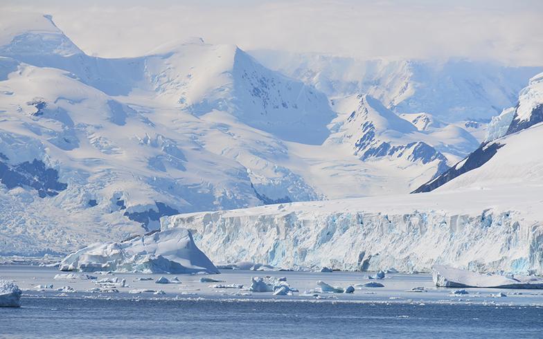 「マイクロプラスチック」は北極や南極でも観測されていて、2020年、オーストラリアの研究者が「世界の深海の底に推定1400万トン以上、堆積している」と発表しました(写真/PIXTA)