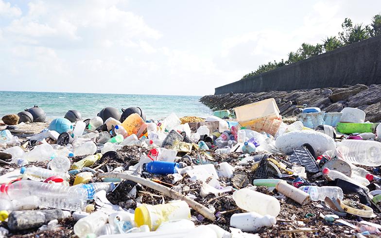日本の海辺で多いのは、国内のごみ。日本のごみが海流に乗って北西ハワイなどを経て北米西海岸の方へと流れていき、数年後に南太平洋の島に流れ着くということも(写真/PIXTA)