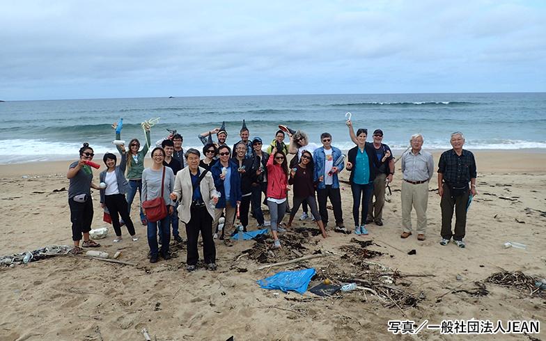 アメリカの環境NGOが主宰する活動を契機に始まったJEAN。世界中で一斉に展開される国際海岸クリーンアップを日本で取りまとめています。海のごみには食品の包装・容器類がとても多いそう(写真提供/一般社団法人JEAN)