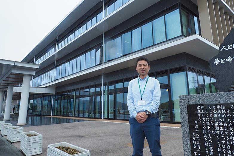 海抜21mの高台に5年前完成した庁舎の前に立つ宮上さん(写真/藤川満)