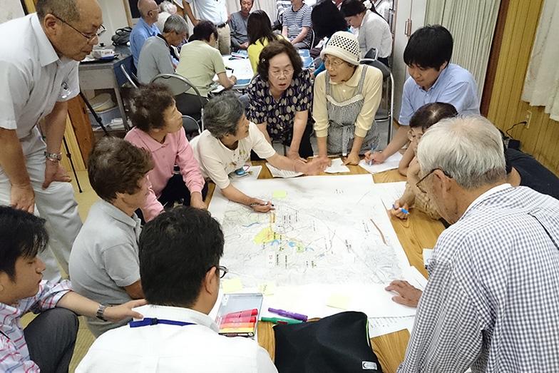 住民を交えたワークショップでは、地域の地図を囲み、周辺の避難上の問題点を書き込んでいった(写真提供/黒潮町)