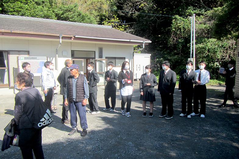地元の学校と連携したお年寄り訪問なども行い、コミュニティの世代間の交流を生んでいる(写真提供/黒潮町)
