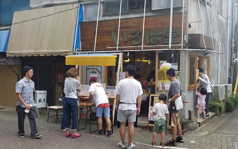 小薬さんの事務所はタバコ屋を改装し、1階をカフェ、2階を事務所に(写真提供/「商い暮らし」)