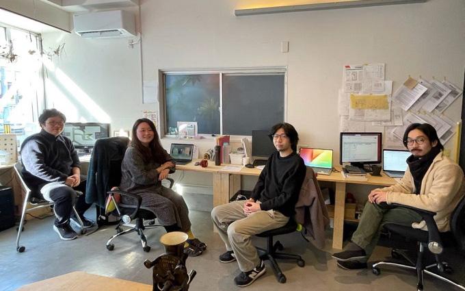 1階の土間オフィスで横並びで作業する「カナバカリズ建築設計事務所」の4名。スタッフ2名は大学時代からの仲間で、ここに通勤してくる。左から2人目が正木さん、一番右側が下田さん(写真提供/「商い暮らし」)