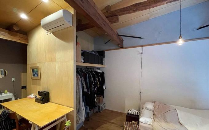 ベッド側にはオープンクローゼットが。正木さんが自作した作業台は趣味のミシンのスペースでもある(写真提供/「商い暮らし」)