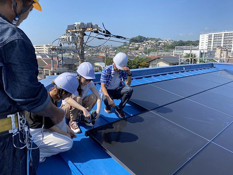太陽光発電設置のDIYイベントでは、パネルを貼る工事にも参加できる(画像提供/太陽住建)