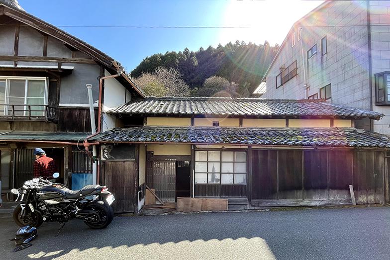 奈良県吉野市の空き家。コンセプトデザイナーの浅井睦さんが、現在東屋のような施設に改装中(写真提供/浅井さん)