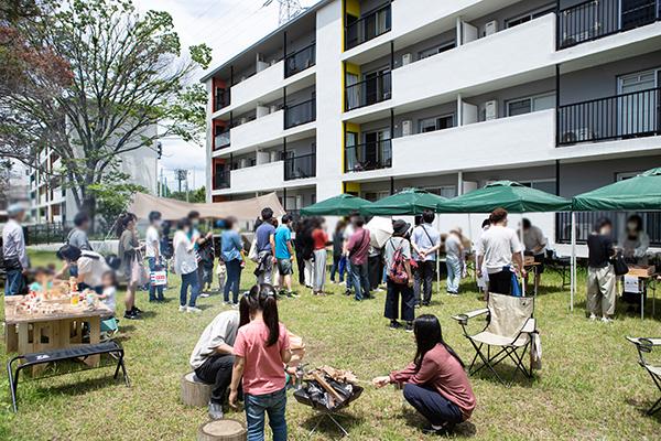焚き火(中央)に木工あそび(左)。コロナ禍で遠出できないからこうしたイベントは貴重(写真/片山貴博)