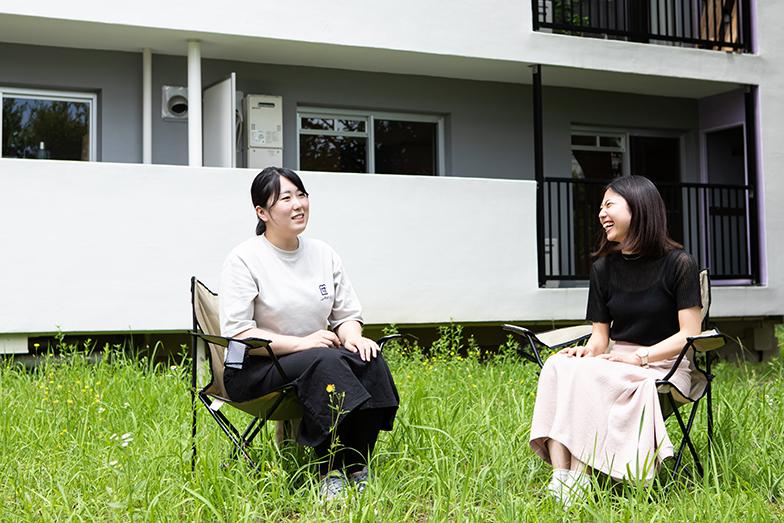 団地に住み、イベントをしかけている株式会社はじまり商店街の辻さん(左)とフージャースアセットマネジメントの石村さん(右)(写真/片山貴博)