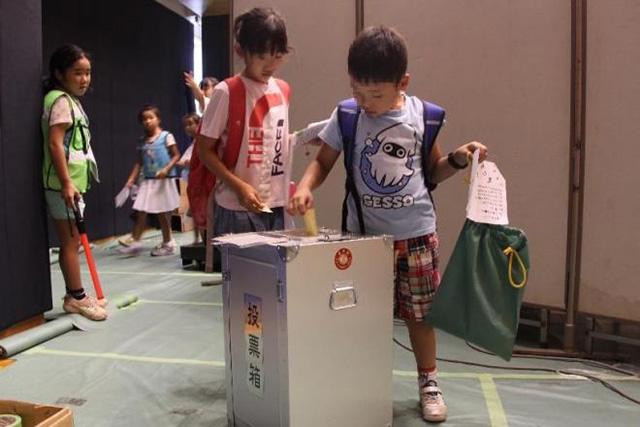 実際の投票箱を使って、自分の「まち」のトップにしたい人へ初めての一票(画像提供/こどものまちCBT)