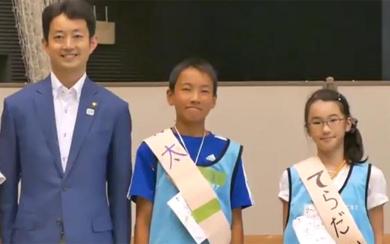 こども市長選挙の演説会には、毎年、千葉市長が応援に訪れる。熊谷俊人千葉市長(2011年当時)と候補者(画像提供/こどものまちCBT)