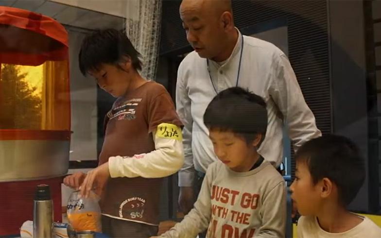 子どもたちを見守る樫浦実行委員長。発足時から、「こどものまち」の活動に携わってきた(画像提供/こどものまちCBT)