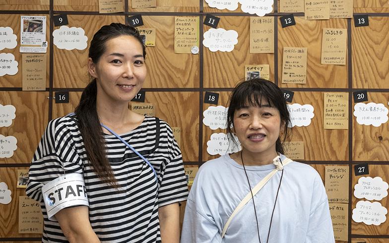 「まちまど」運営スタッフのお二人。笑顔で丁寧に対応くださった青山さん(左)と伊藤さん(右)。話の輪から人のつながりが生まれていくそう(写真撮影/桑田瑞穂)