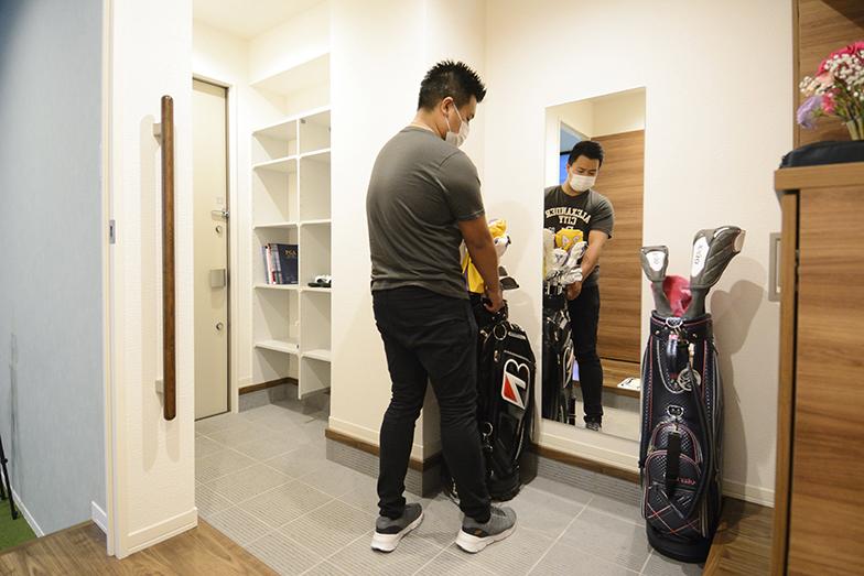 広い玄関まわりはゴルフバッグを置くのも楽々(写真撮影/内海明啓)