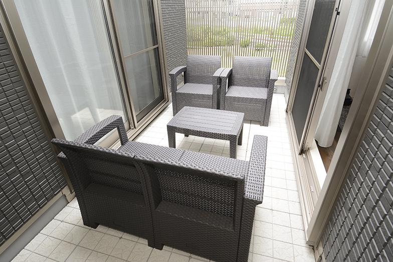 リビングルームに接してパティオ的なスペースがある。テーブルと椅子は石井さんが購入して置いた(写真撮影/内海明啓)