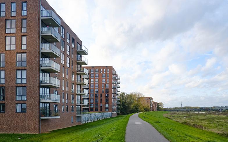 名称通り、ライン川沿いに7階建てと9階建ての2棟が並ぶ複合マンション(写真提供/Vesteda)