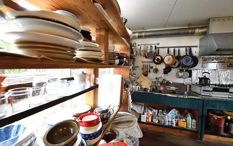 リビングの奧が共同キッチン。お皿や調理器具はシェアして使い、食事は各自でつくって食べている(写真撮影/水野浩志)