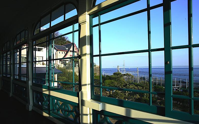 目の前に海が広がり、時折船の汽笛が聞こえてくる。旧グッゲンハイム邸の2階から(写真撮影/森本アリ)