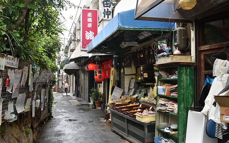 駅前の商店街に昔ながらの豆腐店や魚屋が並ぶ。小さな個人商店が愛され続けているのも塩屋の魅力だ(写真撮影/水野浩志)