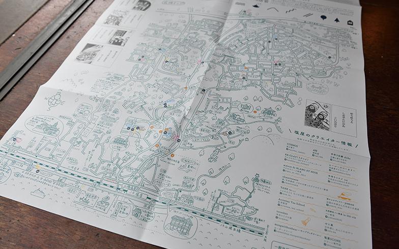 塩屋商店会と「シオヤプロジェクト」が協力して制作した塩屋のイラストマップ。「塩屋中を歩き回ったなぁ」と森本さんと小山さん(写真撮影/水野浩志)