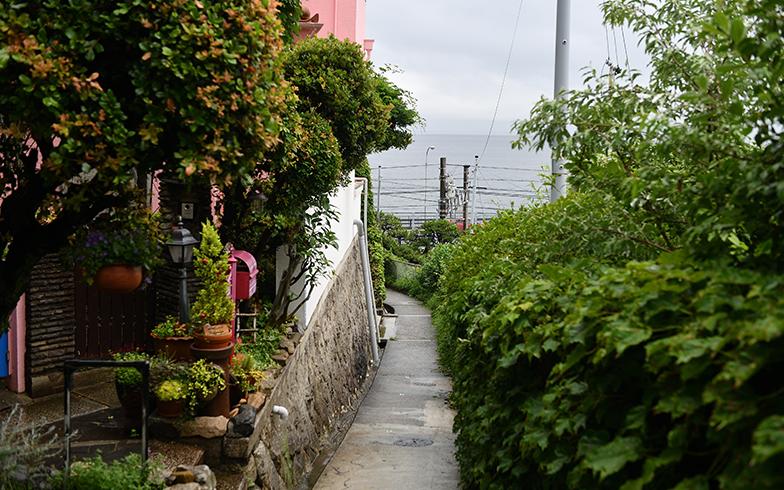 海と山の距離が神戸市内で最も近いと言われる塩屋。駅の北側はどこを歩いても坂道ばかり(写真撮影/水野浩志)